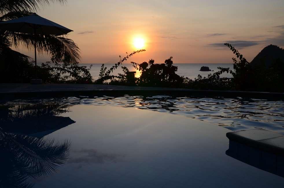 Piscine du Golo Hilltop hotel, vue sur la baie de Labuan Bajo