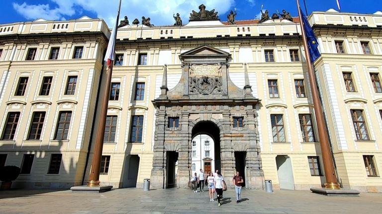 La cour d'entrée du château de Prague
