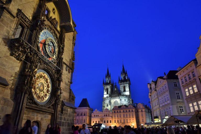A gauche, la tour de l'Hôtel de Ville et sa fameuse horloge astronomique