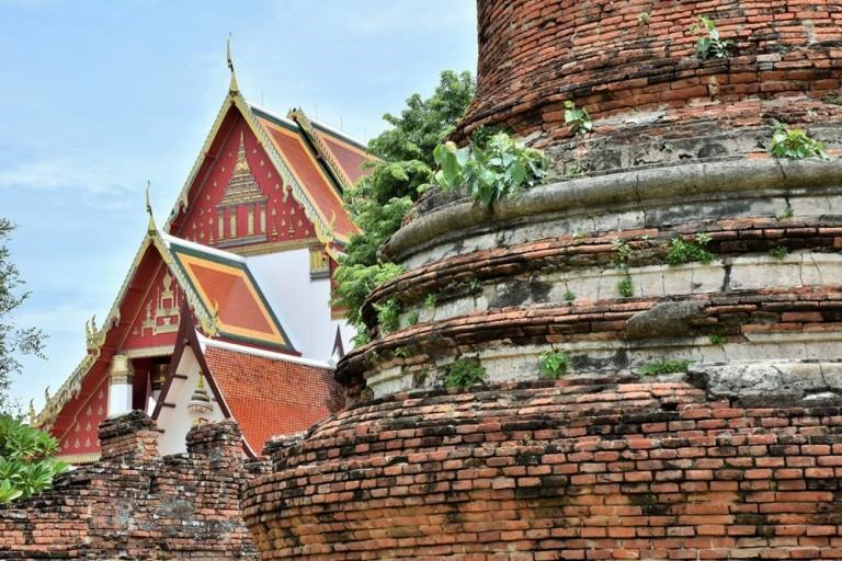 Au fond : Wihan Phra Mongkhon Bophit - Au premier plan : Wat Phra Si Sanphet