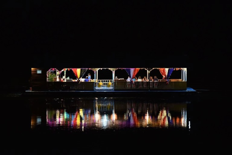Un bateau-restaurant remonte la rivière Kwaï à Kanchanaburi